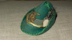 Cappello alpino col lunga penna nera